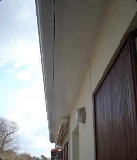 Avants toits bandeaux maison du store et de la fermeture for Lambris pvc avant toit